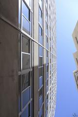 Las niñas trabajan. (elojeador) Tags: ventana edificio reflejo cristal fachada almería aluminio ventanal zapillo elzapillo elojeador enlosuyo