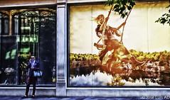 escaparate de Zara frente Harrods (Londres) (joluardi) Tags: londres london gb greatbritain granbretaa uk unitedkingdom reinounido england inglaterra harrods zara knightbridge escaparate shopwindow nikond90 nikon streetphotography fotografacallejera colores colours colors