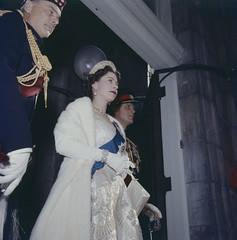 Queen Elizabeth wearing gown, sash and crown in doorway / La Reine Élizabeth portant la toge, la ceinture et la couronne dans une entrée de porte