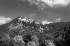 IMG_6954_bn (Robi Fav) Tags: blackandwhite monte paesaggio umbria biancoenero cima bosco terni paese labro arroccato