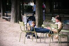 DSC_0019 (Fernando Ariotti) Tags: paris france relax parents nikon dad break child father relaxing strangers jardin stranger parent luxembourg vacations parenting jardinduluxembourg 2013 d5100