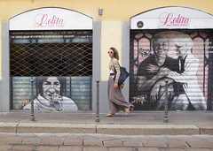 (foto.rob) Tags: street people woman public girl strada walk milano streetphotography streetlife persone murales passeggio gaber dmitri fotorob milanouelw streetfoto dariofo francarame