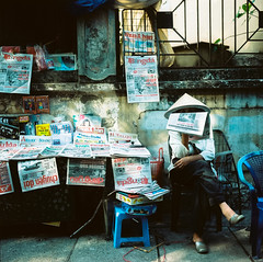 Tim bo (Hanoi L i f e A r t) Tags: hanoi vietnam tuanducpham hanoilifeart rolleiflex 35f kodakportra mediumformat streetlife portrait filmcamera