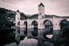 Pont de Valentré, Cahors (Isabelle Roquet) Tags: pont bridge water river eau rivière pierres ancien reflets reflects noiretblanc blackandwhite cahors composition artistique vignettage vigneting