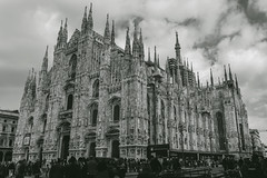 Duomo di Milano (CROMEO) Tags: duomo di milano catedral de miln italy italia arquitectura building great black white blanco y negro color clouds turismo turism turistico visit city center centro people monument euro europe history gtica gothic view