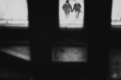 Couple in Milan (Mario Mencacci) Tags: couple milan milano window street streetphotography hat hands