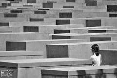 (Pau Pumarola) Tags: berlin holocaustmahnmal arquitectura architecture architektur geometria geometría géométrie geometry geometrie blancinegre blancoynegro noiretblanc blackandwhite schwarzundweis fotografiadecarrer fotografiacallejera photographiederue streetphotography strasenfotografie
