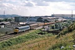45046, Round Oak, July 1985 (David Rostance) Tags: 45046 class45 peak roundoak blackcountry brierleyhill 6t42 industry steelworks