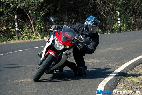 Yamaha-R15-vs-Pulsar-RS-200-vs-Honda-CBR150R-03