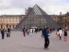 Rencontre (ragavan.ronald) Tags: pyramidedulouvre pyramid tourist touriste people architecture monument france musedulouvre louvremuseum paris