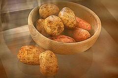 Earthen Bowl and Potatoes 2016 (Gillian Everett) Tags: stilllife potatoes earthen bowl wooden 52 2016 week47 thanksgiving 116 102