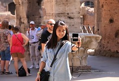 Rome, Colosseo (blauepics) Tags: italien italy italia rom rome roma city stadt building gebude historical historisch colosseo colosseum amphitheatre amphitheater arches bgen unesco world heritage site weltkulturerbe arena selfie photo picture portrait chinese chinesin girl mdchen smile lcheln tourist touristin