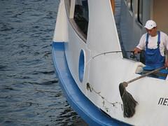 Mouiller c'est laver.... (Scratina) Tags: russie saintpétersbourg bateaux néva
