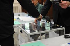 Le second tour de la Prsidentielle - Bureaux de vote (Razak Paris) Tags: vote 2012 prsidentielle bulletins scrutin