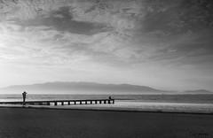 el fotgrafo (Disfrutadetodo.) Tags: byn mar pareja arena nubes pasarela montaas fotografo eldeltaebro