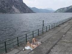 inguine leonardesco 172 - le due Inglesi (Alberto Cameroni) Tags: leica lago italia 24 24mm acqua lombardia paesaggio lecco groin lario lagodilecco moregallo bagnanti abbadialariana dlux4 inguineleonardesco gassa
