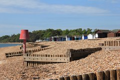 Blue skies over the zig-zag groynes of Calshot spit (Titian Tiger) Tags: uk canon eos unitedkingdom hampshire blueskies beachhuts groynes calshot 2015 longshoredrift 550d calshotspit img6497 canoneos550d lovehampshire 201505 flickr2012beautifulhampshire zigzaggroynes