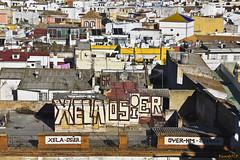 Graffiti de altura  -  Graffiti height (ricardocarmonafdez) Tags: sevilla ciudad city urbano urban urbanscape cityscape arquitectura architecture tejados roofs color luz light cielo sky graffiti mirador viewpoint