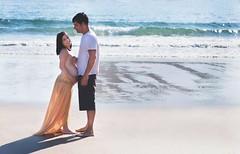 (Coral ML) Tags: pareja embarazo pregnancy bebé amor playa beach arena sand mar azul verano summer sun sol sombras olas tripa baby momentos fotos