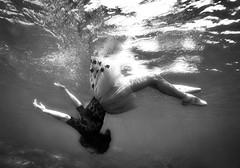 Tu luz en movimiento (Agnieszka Adamczyk) Tags: blackandwhite underwaterphotography underwaterpics underwaterart dancer balet olympuscamara epl5 noflash nofilter lights