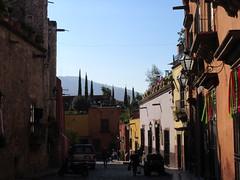 Morning sun and shadow, Calle Cuna de Allende, San Miguel de Allende, Mexico (Paul McClure DC) Tags: sanmigueldeallende mexico bajo guanajuato nov2016 historic architecture