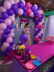 (Bruna cs) Tags: birthday party people girl beautiful rose balloons cores person persona pessoa pessoas nikon child purple princess balloon rosa peoples persone lindo fantasy fantasia bella princesa congratulations festa viola aniversrio compleanno ragazza palloncini bambino colorido palloncino partito principessa parabns 4mm complimenti brunacs nikonl810