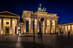 Brandenburger Tor @ Pariser Platz ([P]hotogr[AV]) Tags: longexposure nightphotography berlin monument germany deutschland gate cityscape bluehour brandenburgertor poort pariserplatz nachtfotografie berlijn stadsgezicht