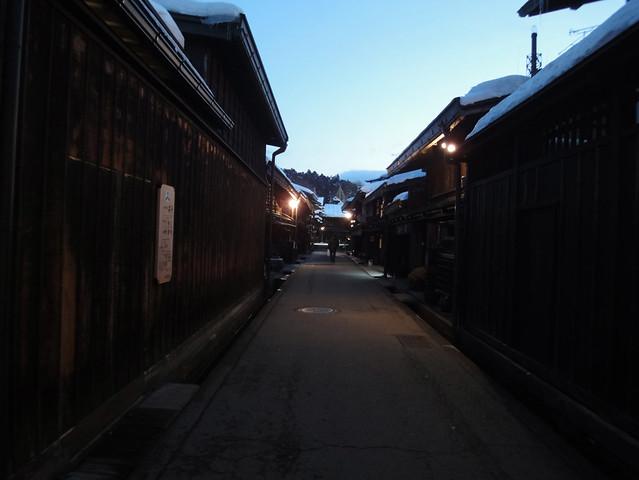 舩坂酒造店を出て、晩ご飯のお店へ向かうために上三之町を歩き。|上三之町(古い町並み)