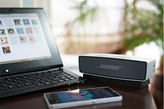 重低音再生に徹したワイヤレススピーカー:BOSE「SoundLink Mini Bluetooth speaker」 wired.jp 180(W)x51(H)x59(D)mm。¥22,890〈BOSE/ボーズ・オンラインストア tel.0120-002-009〉WIRED ・見た目から不釣り合いなほどパワフルな重低音再生 ・7時間もつ内蔵バッテリー TIRED ・ポータブルスピーカーにしてはやや大きく、重い ・ワイヤレス通話も非対応 Bluetoothでスマートフォンとワイヤレス接続するバッテリー内蔵の