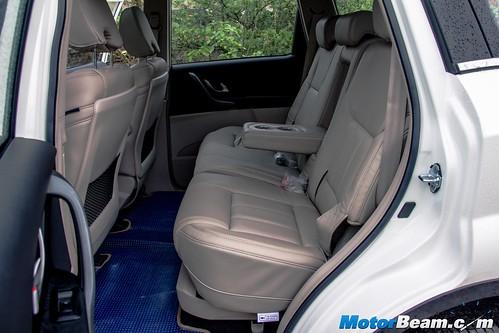 2015-Mahindra-XUV500-10
