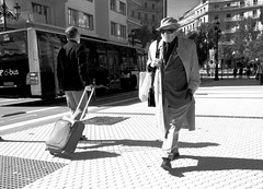 Le temps du voyage (no sabemos cmo llamarnos) Tags: street stranger sansebastin streetphotography man photoderue fotourbana monochrome blancoynegro blackandwhite noiretblanc voyage viaje