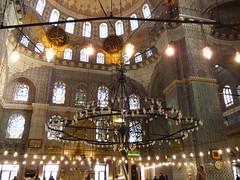 Interior de una Mezquita (pattyesqga) Tags: interior mezquita mosque istambul capital muslim traveler travel turkey turquia arquitectura photo azulejos pic