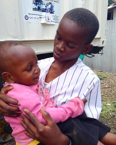 "Tuma is always caring for the little ones, even our littles at #tuleeniacademy like baby Shabani 😍 What a sweet #bigbrother 💙 • <a style=""font-size:0.8em;"" href=""http://www.flickr.com/photos/59879797@N06/30787430151/"" target=""_blank"">View on Flickr</a>"
