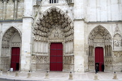 Tympanum and doors of St-Etienne (St.Stephen) cathedral in Auxerre (Burgundy) (Sokleine) Tags: cathedral cathédrale gothic gothique culte religion catholic middleages auxerre yonne 89 bourgogne burgundy france frenchheritage mn monumenthistorique tympan sculpture tympanum iconography portes doors triple trois drei three red rouge