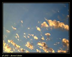 Lumire dans les nuages. (Brn@rd) Tags: light sunset sky cloud sun france color nature colors bernard clouds french soleil photo nikon image photos lumire couleurs picture coucher images ciel lumiere coolpix nuage nuages franais couleur coucherdesoleil lumieres p4 valdoise coolpixp4 gaillot bernardgaillot brnrd