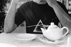 (Maieutica) Tags: boy bw cup shirt friend arms tea drink pinkfloyd bn ragazzo teiera tazza amico bere t braccia maglietta