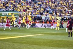 Everybody is Jumping... (Teremin2004) Tags: football soccer futbol villareal leicam8 elmar135mmf4 ascensovillareala1