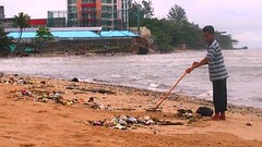 Beach cleaner on duty (didisadili) Tags: beach indonesia culture budaya kalimantan balikpapan cleaningservice