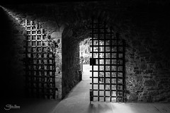 Libertad (Silvia Illescas Ibez) Tags: scotland castillo castle sombras luces lights shadows blancoynegro blackandwhite negro blanco libertad rejas freedom cancel interior monoromatio escocia