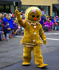 A Wave And A Smile (swong95765) Tags: gingerbreadman costume parade wave smile crowd