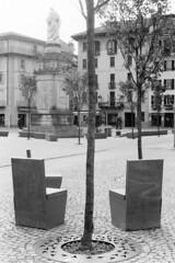 Le nuove sedie (sirio174 (anche su Lomography)) Tags: piazza piazzavolta rifacimento sedie chair chairs sedia panchine panchina como italia italy