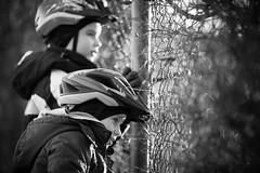 Maschendrahtzaungste (O.I.S.) Tags: tim leo helm helmet child children kind sw bw portrait boys fence zaun maschendraht canon 135 f2