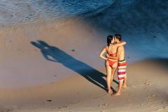 The colors of love (pmenge) Tags: praia pessoas areia amor beijo sombra mara bermuda casal biquini 100400 duetos 5diii