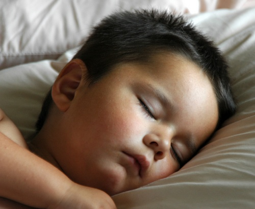 Bebe moreno dormindo