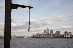 Hanging gibbet behind the Prospect of Whitby | Docklands Walk -18 (Paul Dykes) Tags: uk england london pub pirates hanging docklands canarywharf noose gallows gibbet theprospectofwhitby