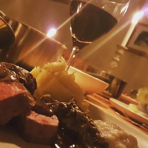 Rådjurssadel med potatis- och jordärtskockpuré, trattkantareller, enbärssås och en enkel Primitivo, organic Doppio Passo 2015. #visadinmat #ännuenfånigmatstatus