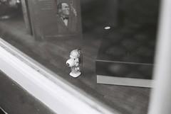 Sherlock Snoopy (goodfella2459) Tags: nikon f4 af nikkor 50mm f14d lens kodak trix 400 35mm black white film analog sherlock holmes snoopy figurine museum 221b baker street london milf