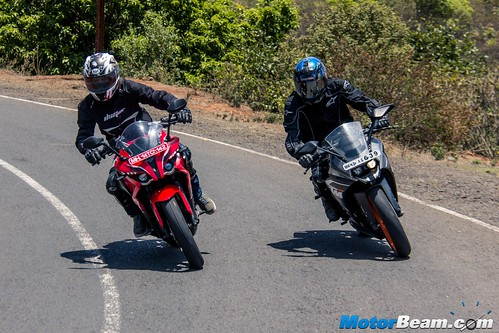 Pulsar-RS-200-vs-KTM-RC-200-05