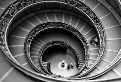 la escalera (RalRuiz) Tags: italy rome roma blancoynegro blackwhite italia vaticano caracol escaleras museovaticano ciudaddelvaticano