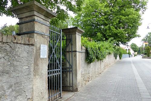 Alte Friedhofsmauer zum Park der evangelischen Kirche